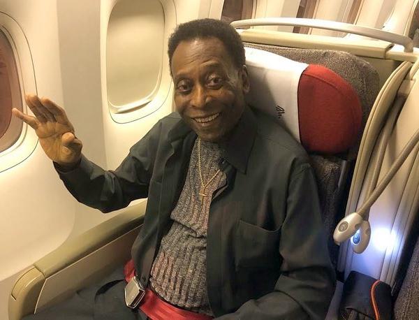 Sem poder andar normalmente, Pelé agora difícilmente viaja