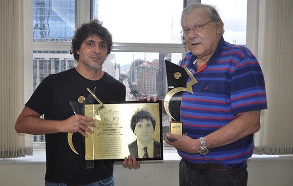 Guga Chacra e Milton Neves com a placa e o troféu do Prêmio Comunique-se. Foto: Kennedy Andres