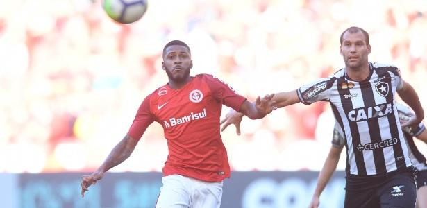 Emerson Santos faz sua estreia pelo Inter contra o Botafogo