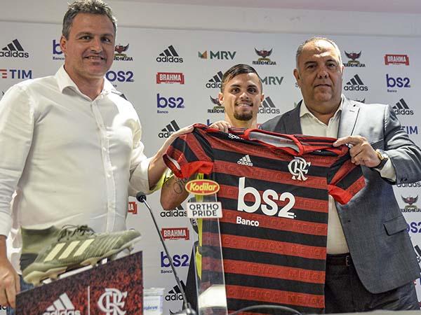 Atacante revelação do Brasileirão 2019 vestiu a camisa do Mengão. Foto: FlaTV/Reprodução