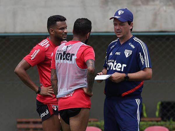 Fernando Diniz deve iniciar a temporada com Daniel Alves no meio-campo. Foto: Rubens Chiri / saopaulofc.net