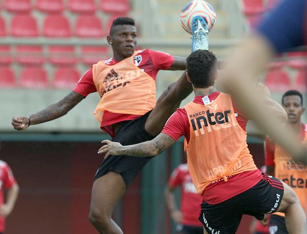 Equatoriano foi mal recebido no Morumbi após vídeo com camisa do Palmeiras durante folga