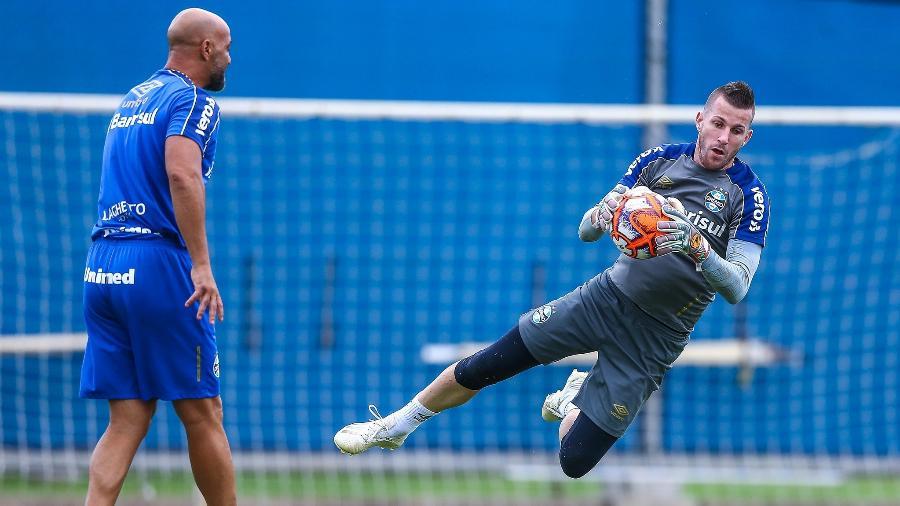Paulo Victor é quem está na frente na disputa para ser titular no gol do Grêmio