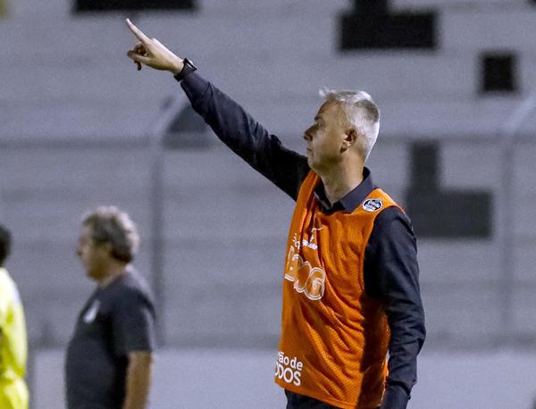 Alvinegro teve grande volume de jogo contra a Ponte, mas erros custaram o resultado