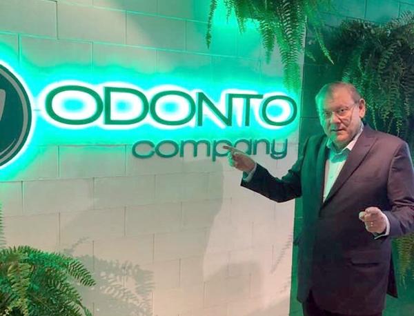 Milton Neves fez questão de comparecer ao evento para cumprimentar Paulo Zahr, presidente da OdontoCompany