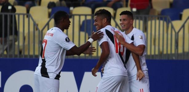 Evander é abraçado pelos companheiros após um de seus gols