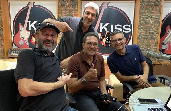 Luxemburgo entre os apresentadores Lélio Teixeira, Zé Paulo da Glória e Frank Fortes. Foto: Rosângela Alves/Kiss FM