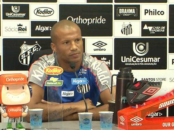 Meia uruguaio destacou que acertou sua situação com o clube e que não quis deixar o Peixe. Foto: Santos TV/Reprodução