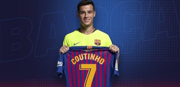 Philippe Coutinho segura a camisa 7 do Barcelona
