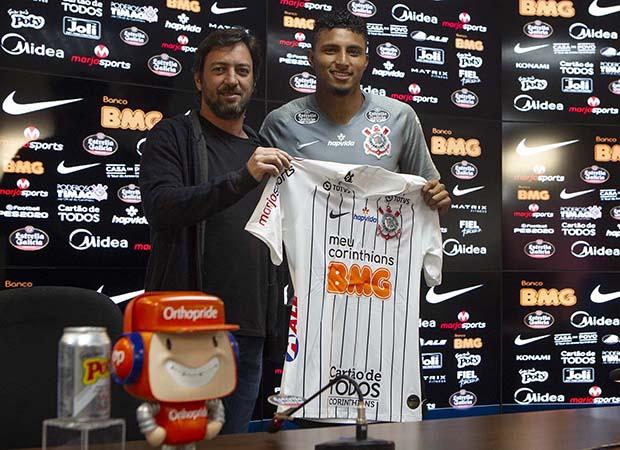 Volante ex-Cruzeiro recebeu a camisa 15 no Timão. Foto: Twitter/Corinthians