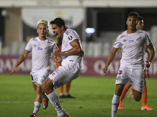 Zagueiro marcou o gol que deu a vitória santista sobre o Delfin pela Libertadores. Foto: Ivan Storti/Santos FC