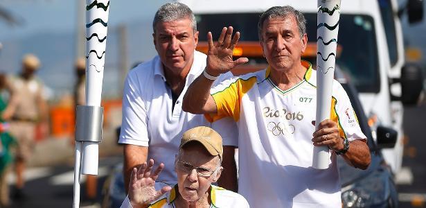 Aos 84 anos, Zagallo carregou a tocha olímpica mesmo debilitado e em uma cadeira de rodas