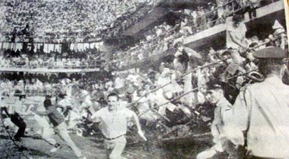 Em 1964, caiu a arquibancada do estádio do Peixe, em um clássico contra o Corinthians. Depois deste confronto, a Vila foi limitada a 16.000 pessoas.