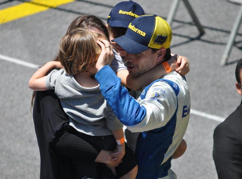 Daniel Serra comemora seu bicampeonato na Stock com a família. Foto: Marcos Júnior Micheletti/Portal TT