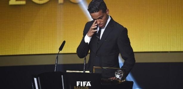 Vencedor do prêmio Puskás de 2015, que elege o gol mais bonito do ano por voto popular, jogador voltou ao Brasil nesta quarta-feira
