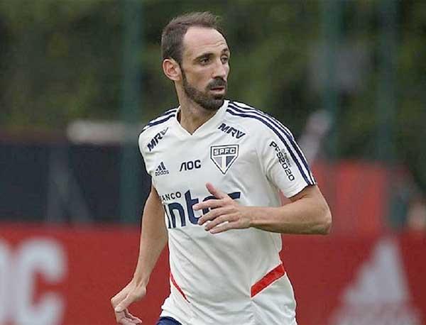 Juanfran em treinamento do São Paulo. Foto: Rubens Chiri/SPFC