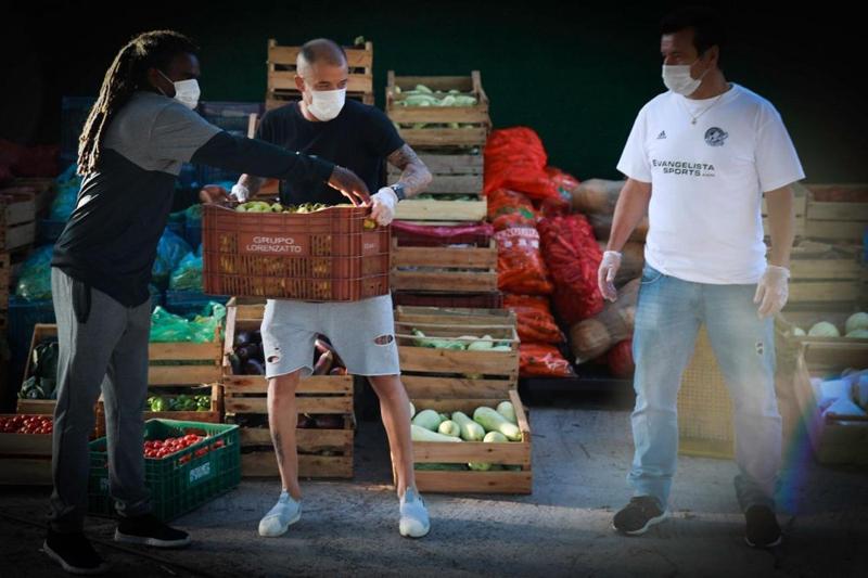 Tinga, D´Alessandro e Dunga também ajudaram na logística. Foto: Diego Vara