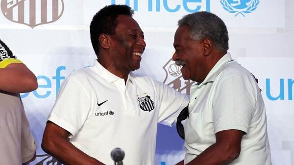 Pelé e Coutinho sorriem em evento do Santos. Foto: Pedro Ernesto Guerra Azevedo/Divulgação SantosFC/Via UOL