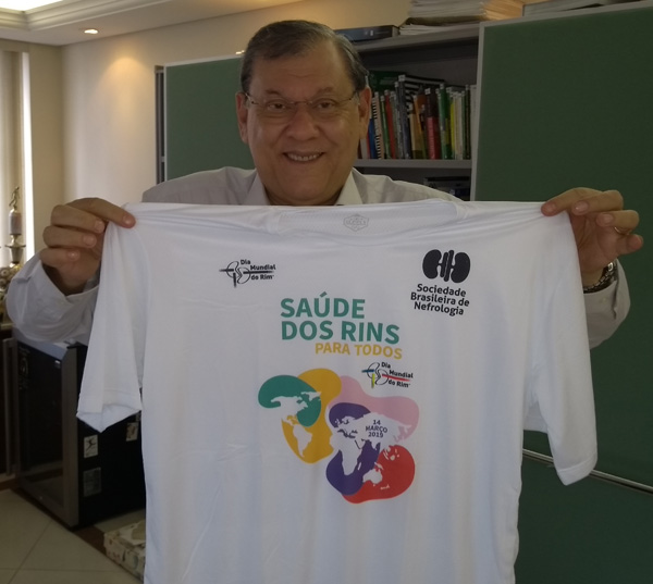 """Milton Neves e a camiseta da campanha: """"Todos devem divulgar"""". Foto: Frank Fortes"""