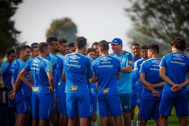 Rogério conversa com jogadores do Cruzeiro, em 2019. Foto: Vinnicius Silva/Cruzeiro