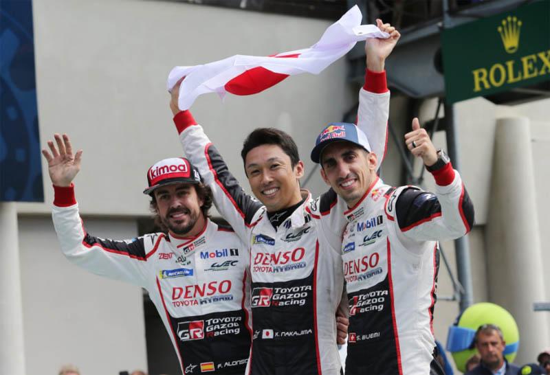 Ao lado de Buemi e Nakajima, espanhol triunfou em Sarthe. Foto: Toyota Gazoo Racing