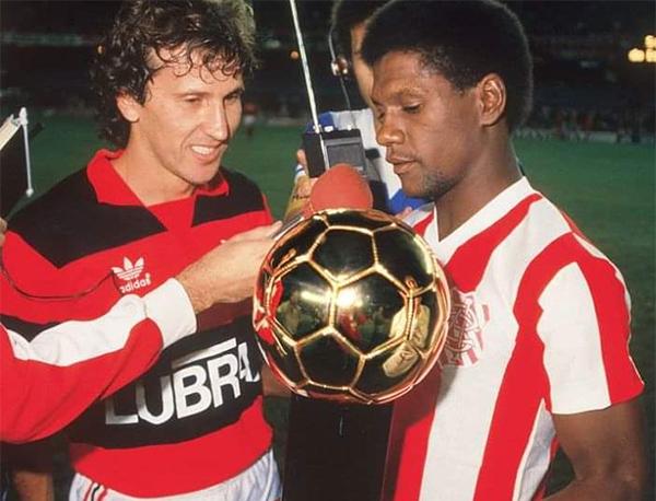 """Zico entrega a Marinho o troféu """"Bola de Ouro"""" de 1985"""