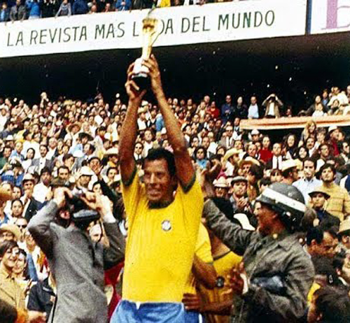 O saudoso Carlos Alberto Torres ergueu a taça Jules Rimet. Foto: Reprodução / YouTube