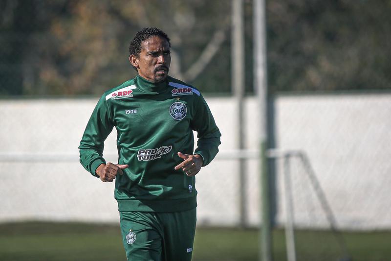 Zagueiro do Coritiba renovou contrato na última semana. Foto: Divulgação /Coritiba F.C