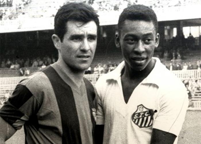 Evaristo e Pelé em um Santos x Barcelona nos anos 60