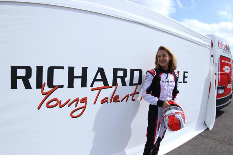 A jovem participa de seletiva em outubro no circuito francês de Paul Ricard. Foto: Divulgação / RF1