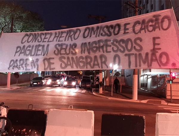 Os torcedores carregavam faixas e bandeirões com ataques à atual gestão do Timão. Foto: Reprodução/Twitter
