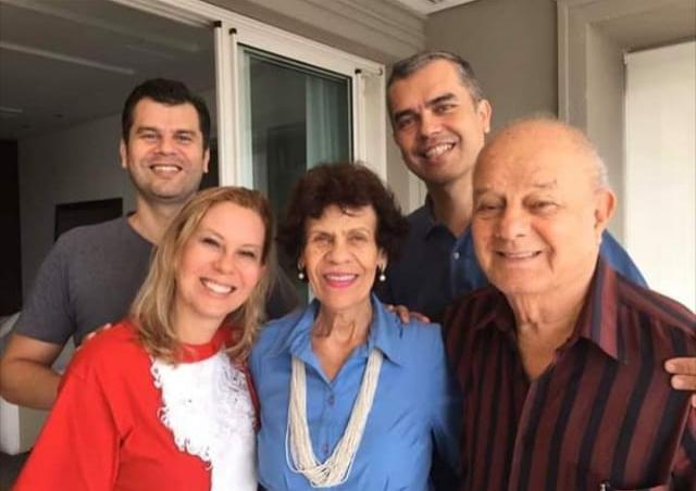 O casal Altamir e Cenira ao lado da filha Jussara e dos filhos Homero e Altamir. Foto: arquivo pessoal