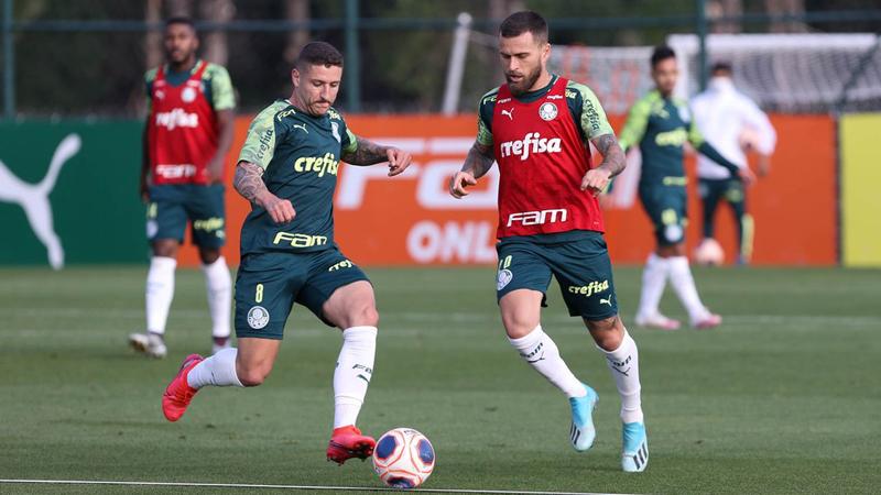 Zé Rafael e Lucas Lima disputam bola durante treino na Academia. Foto: Cesar Greco / Ag. Palmeiras