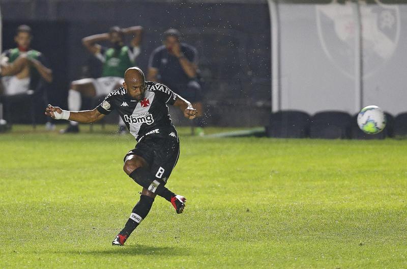Volante marcou os dois gols cruzmaltinos em São Januário. Foto: Rafael Ribeiro/Vasco