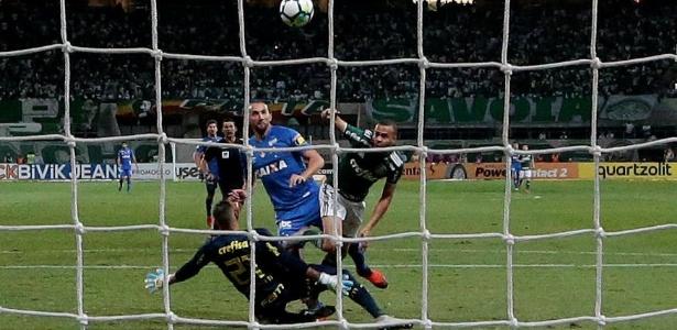 Clube reclama de gol anulado no jogo contra o Cruzeiro. Foto: Paulo Whitaker/Reuters