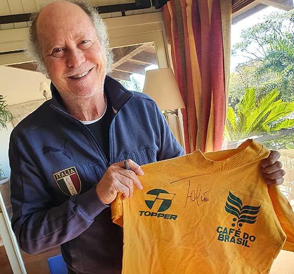 Falcão doou uma camisa de treino que utilizou na Copa de 1986, no México. Foto: Divulgação