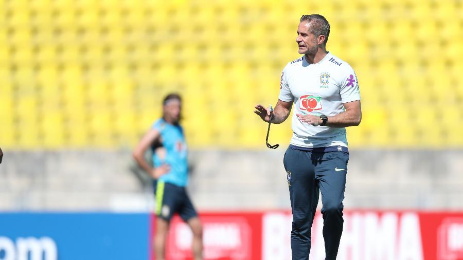 Sylvinho orienta os jogadores da seleção brasileira durante treino