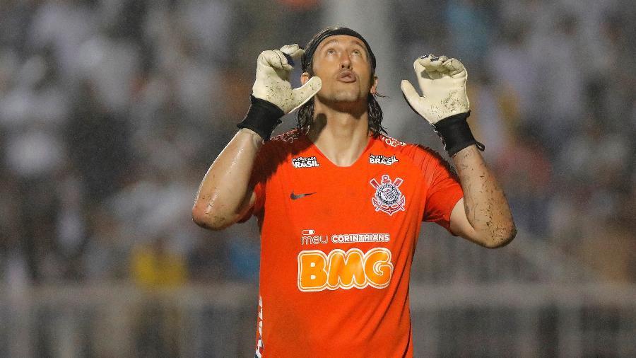 Cássio comemora vitória do Corinthians nos pênaltis contra o Santos na última segunda-feira, no Pacaembu
