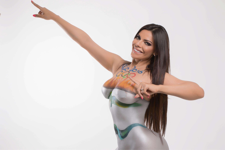 A bela Suzy Cortez realiza ensaio com corpo pintado, numa ação inspirada na tocha olímpica