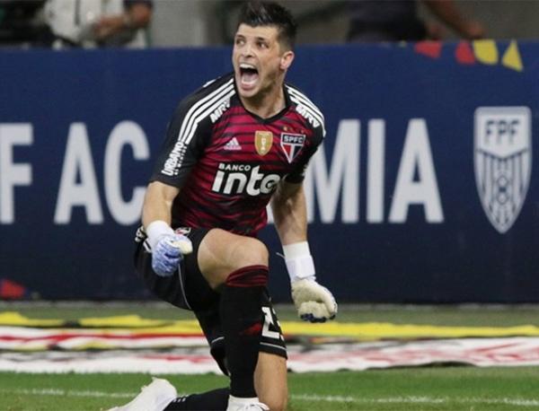 No segundo gol, Marinho cobrou falta de muito longe e Tiago Volpi não conseguiu impedir o empate. Foto: Rubens Chiri/São Paulo