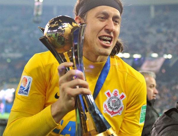 Cássio com o troféu do Mundial de 2012