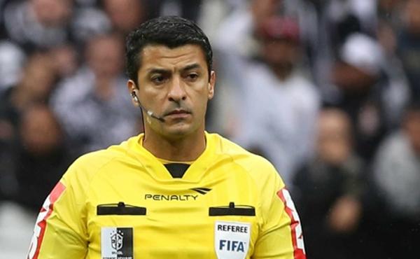 A sequência de trapalhadas do árbitro deu aos corintianos ótimas desculpas para a derrota de seu time