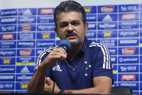 O técnico celeste Ney Franco tem algumas dúvidas. Foto: Gustavo Aleixo/Cruzeiro