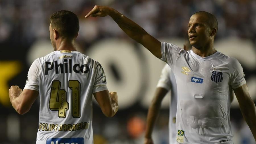 Sánchez aponta para Jean Mota durante jogo entre Santos e Atlético-GO