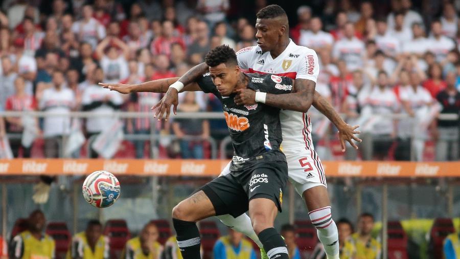Gustagol divide bola com Arboleda durante a partida de ida da final do Paulistão