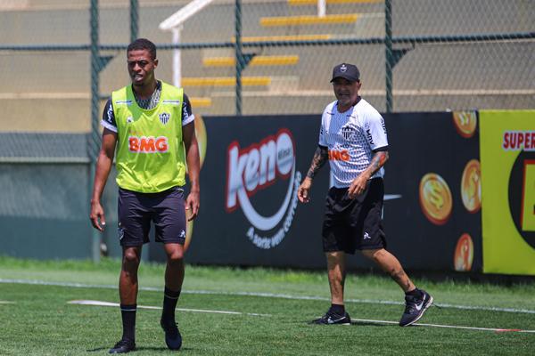 O técnico Jorge Sampaoli, à direita, durente treino na Cidade do Galo. Foto: Bruno Cantini / Agênia Galo / Clube Atlético Mineiro