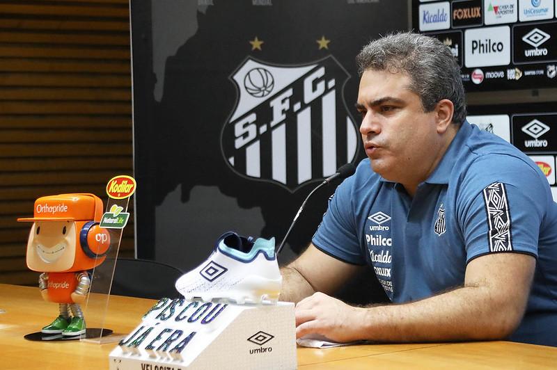 Orlando Rollo anunciou que o Peixe recebeu notificação da Fifa retirando o bloqueio. Foto: Pedro Ernesto Guerra Azevedo/Santos FC