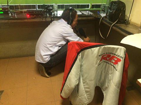 O narrador Carlos Batista, da Rádio Bandeirantes de Campinas. Batista teve de se agachar e se esconder na cabine para narrar o gol da vitória da Macaca