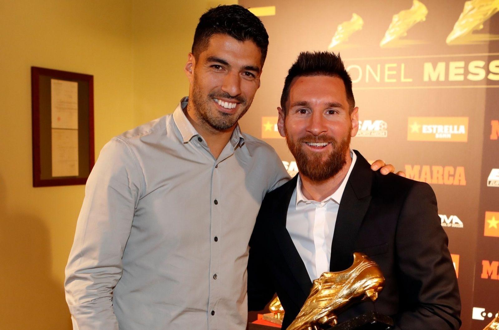 Centroavante uruguaio não descartou a possibilidade Messi seguir no Barcelona no futuro. Foto: Facebook/Reprodução