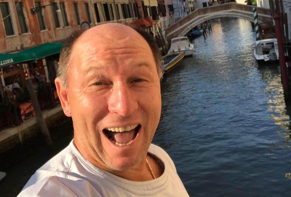 Durante viagem à Itália, em Veneza. Foto: arquivo pessoal de Alcindo